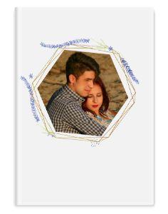 Omista valokuvista kirja, jossa valkoinen teema